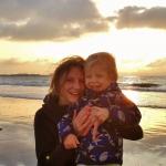 Sarah en Noa voor Vredeseilanden aan de Carrefour Planet in Oostakker