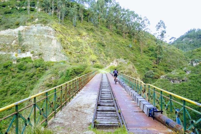 Ralph fietst voor en in Ecuador
