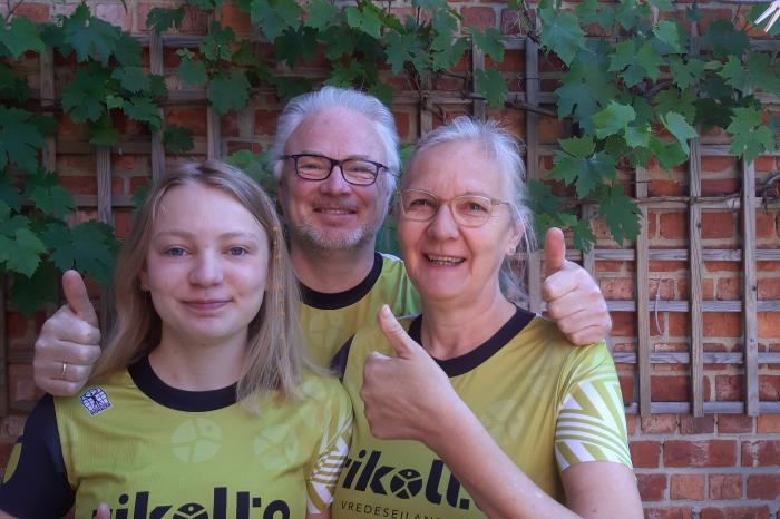 Julia, Mia en Geert lopen en stappen voor